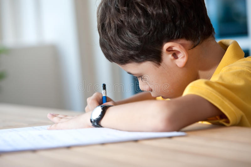 pojke som gör hans home läxa arkivbilder