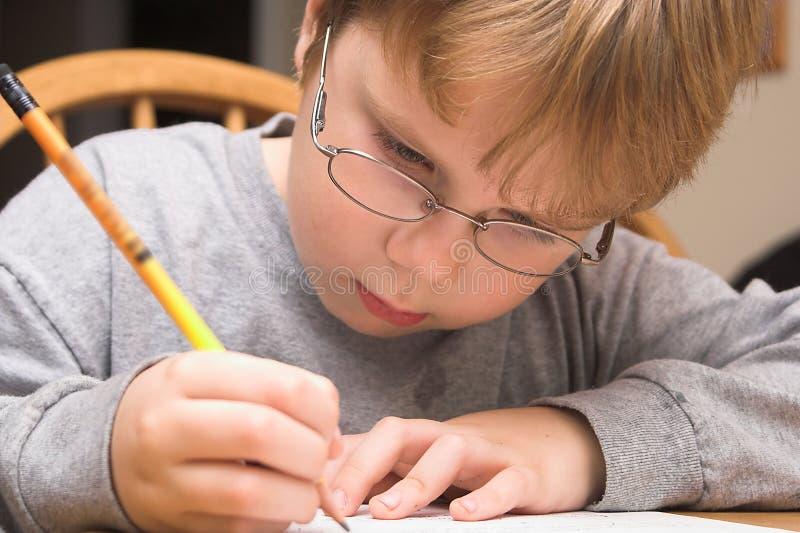 pojke som gör läxa arkivbilder
