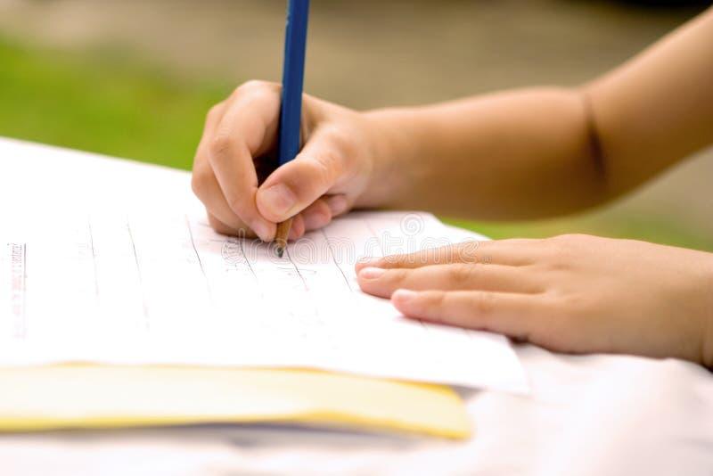 pojke som gör läxabarn arkivbild