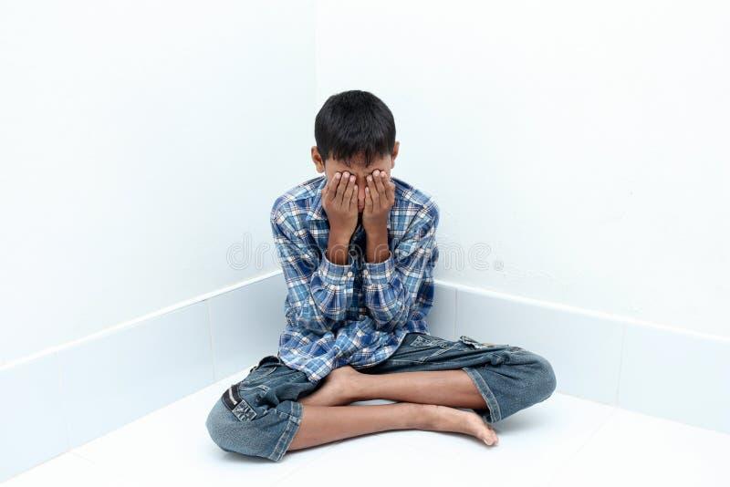 pojke som gråter fyra moonstjärnor arkivfoton