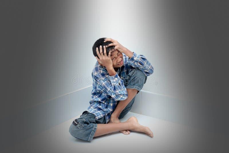 pojke som gråter fyra moonstjärnor royaltyfri fotografi
