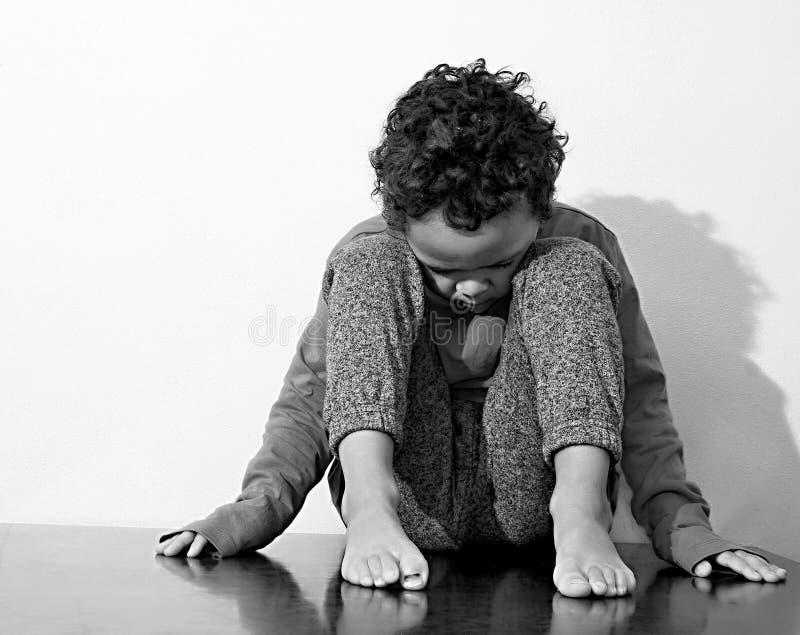 Pojke som gråter i armod fotografering för bildbyråer