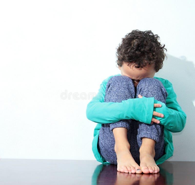 Pojke som gråter i armod arkivfoto