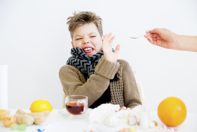 Pojke som har influensa arkivfoton