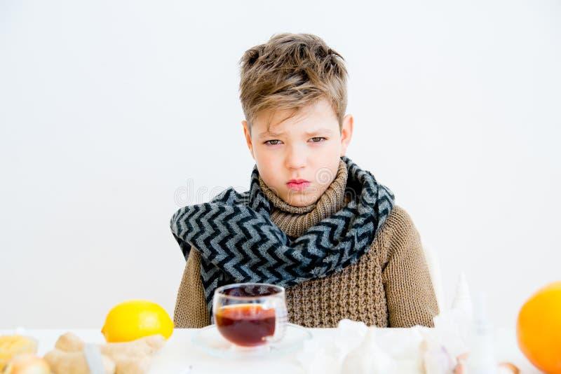 Pojke som har influensa arkivbilder