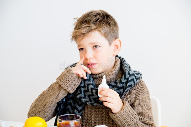 Pojke som har influensa arkivbild