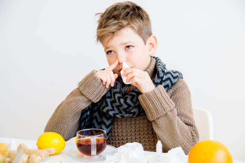 Pojke som har influensa arkivfoto
