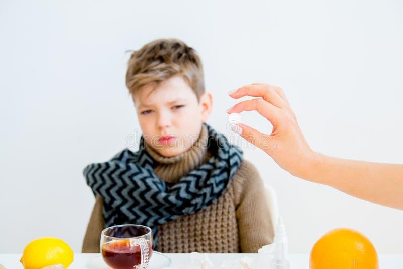 Pojke som har influensa royaltyfri bild