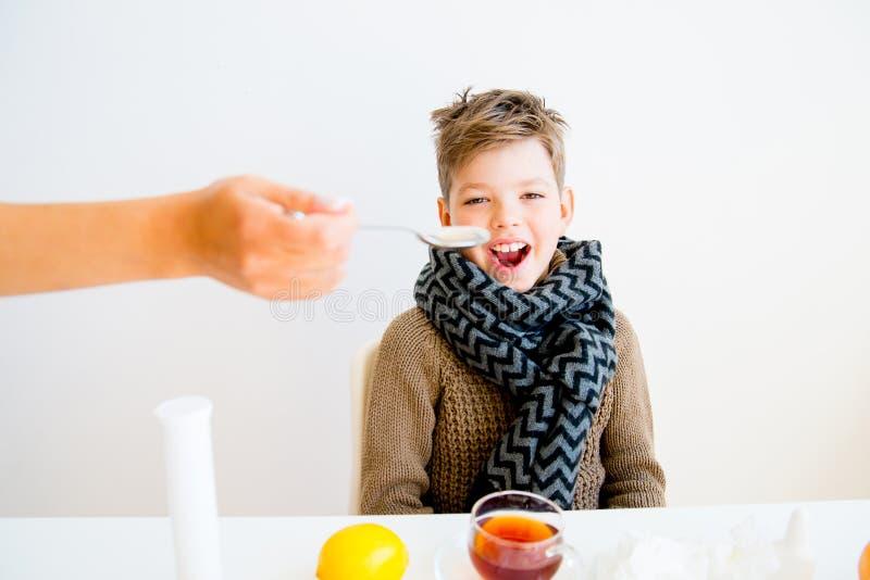 Pojke som har influensa royaltyfria bilder