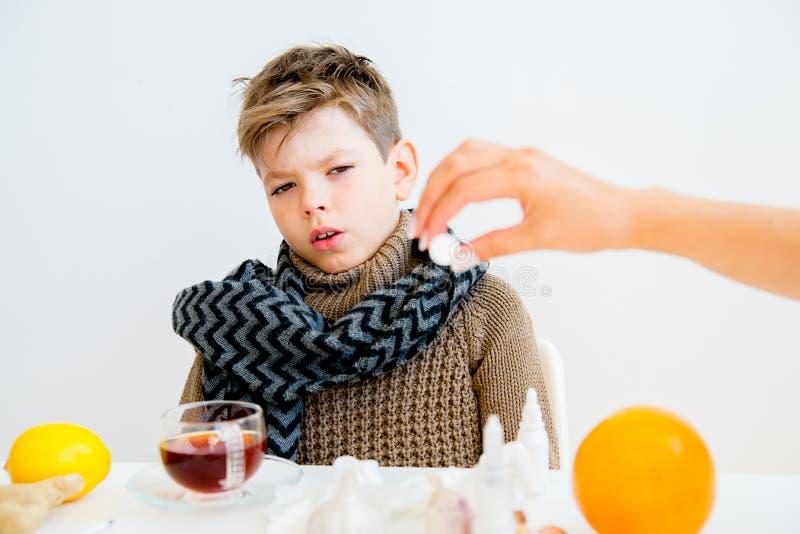 Pojke som har influensa fotografering för bildbyråer