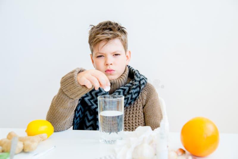 Pojke som har influensa royaltyfria foton