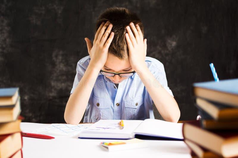 Pojke som har problem i avslutande läxa arkivbilder