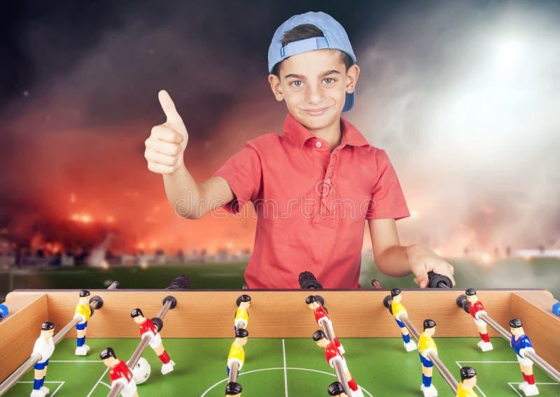 Pojke som har rolig spela tabellfotboll & x28; soccer& x29; arkivbild