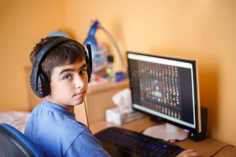 Pojke som hemma använder datoren arkivfoton