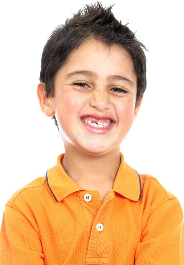 pojke som isoleras över le white royaltyfri bild