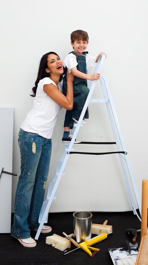 pojke som klättrar den gulliga stegen little royaltyfria foton
