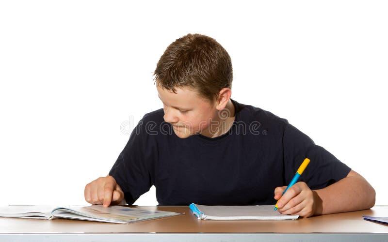 pojke som koncentrerar hans tonårs- studies royaltyfri foto