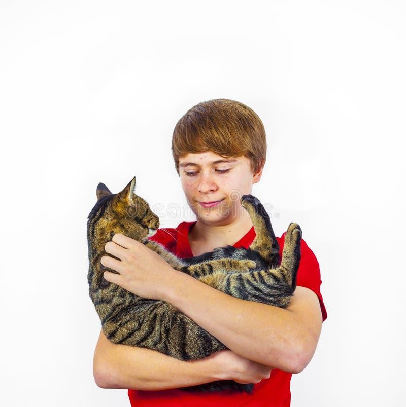 Pojke som kramar med hans gulliga katt royaltyfri foto