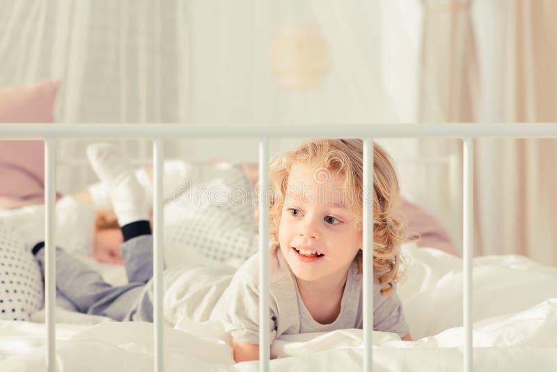 Pojke som lägger på sängen royaltyfria foton