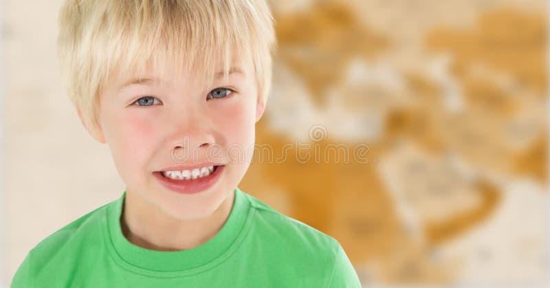Pojke som ler mot oskarp brun översikt arkivfoto