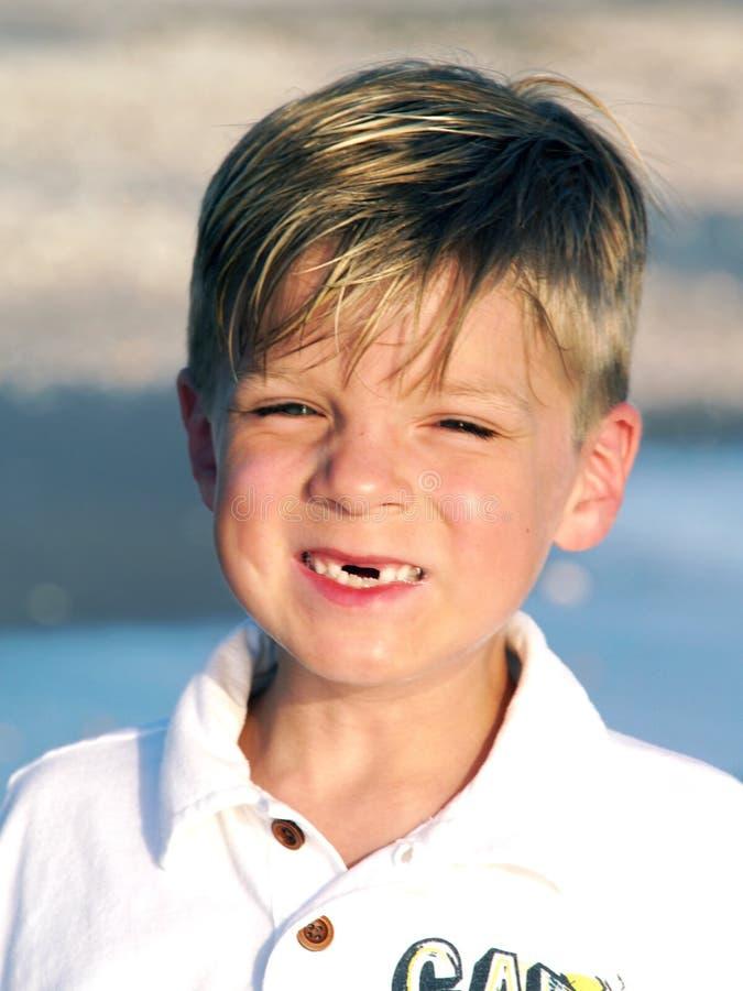 pojke som ler tandlöst barn royaltyfria bilder
