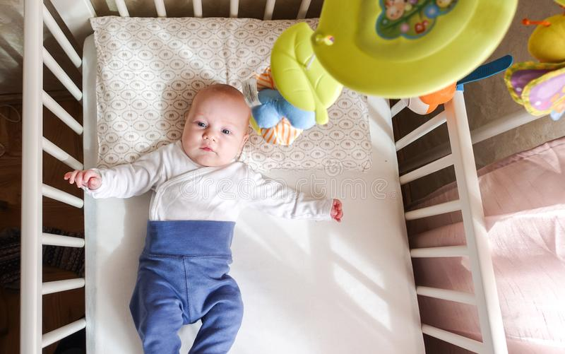 Pojke som ligger i bästa sikt för säng arkivbilder