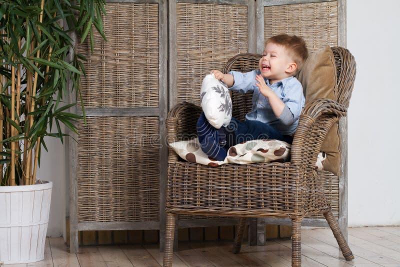 pojke som little skrattar royaltyfri foto