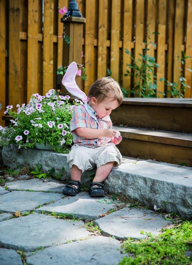 Pojke som rymmer ett brutet ägg arkivbild