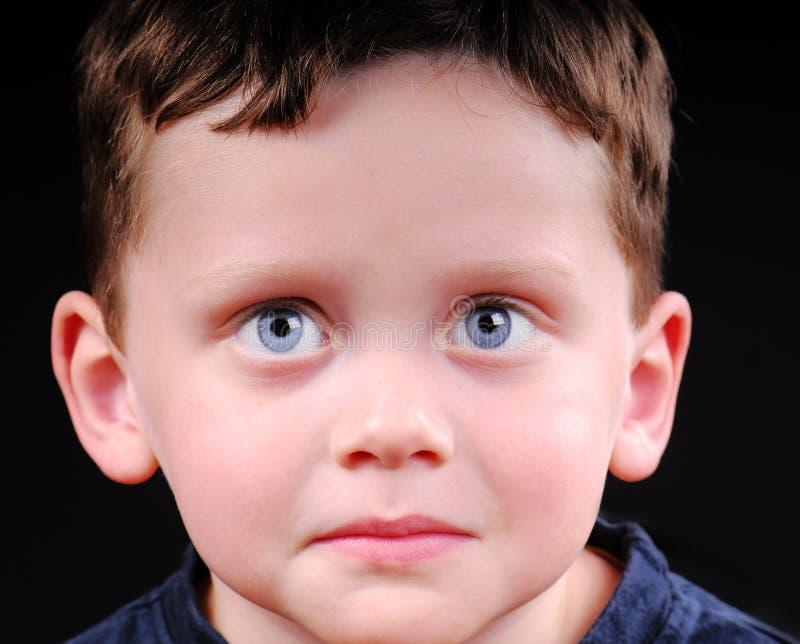 pojke som ser allvarligt barn arkivfoton