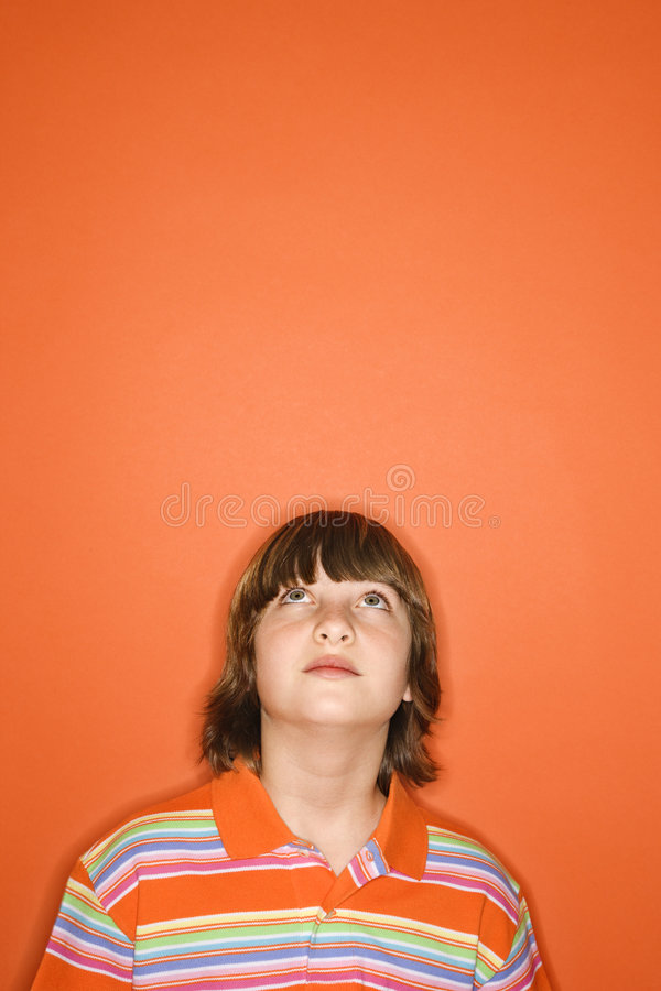 pojke som ser upp royaltyfria foton