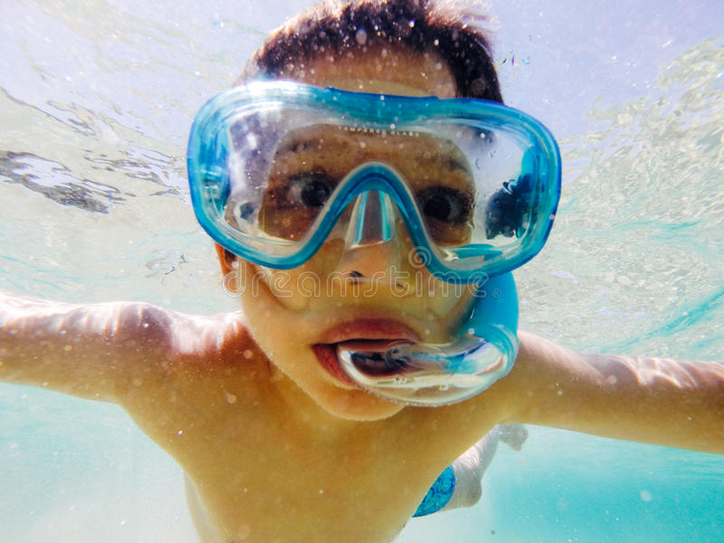 Pojke som snorklar under vatten royaltyfri foto