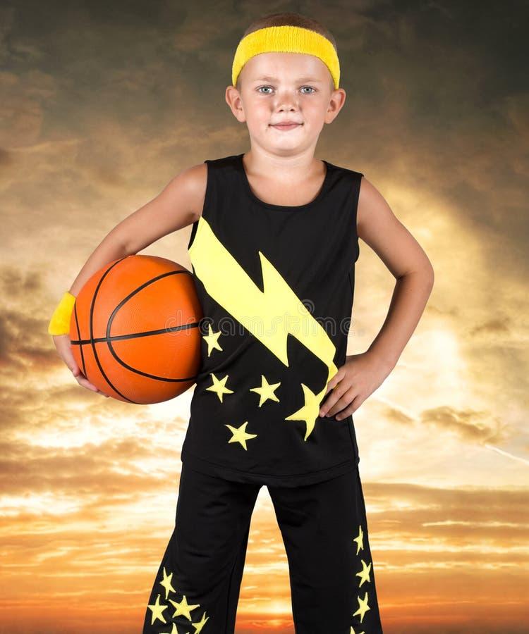 Pojke som spelar i gatabasket Små moment i en stor basket arkivbild