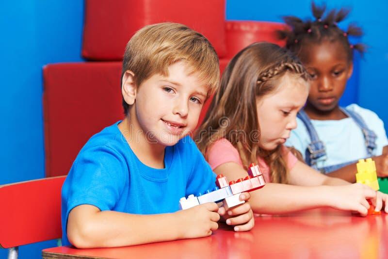 Pojke som spelar med byggnadstegelstenar fotografering för bildbyråer