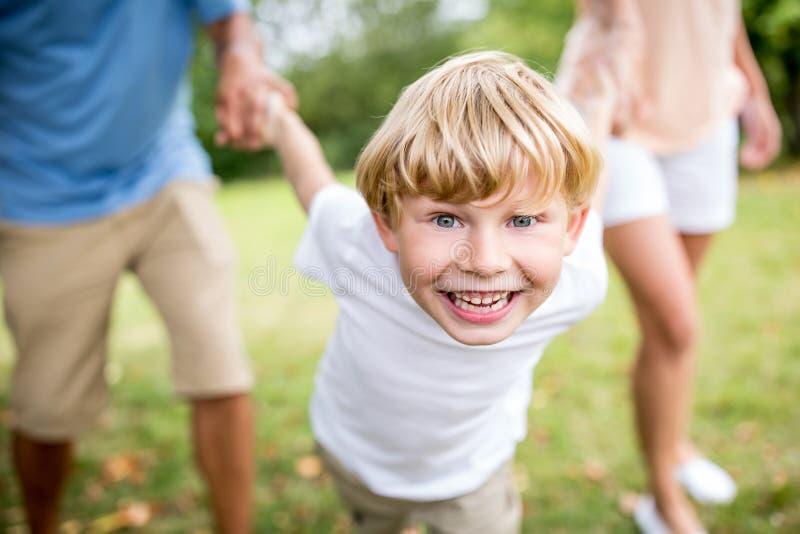 Pojke som spelar med familjen fotografering för bildbyråer