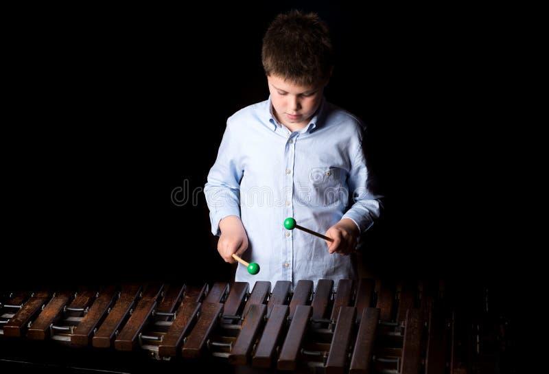 Pojke som spelar på xylofonen royaltyfri bild