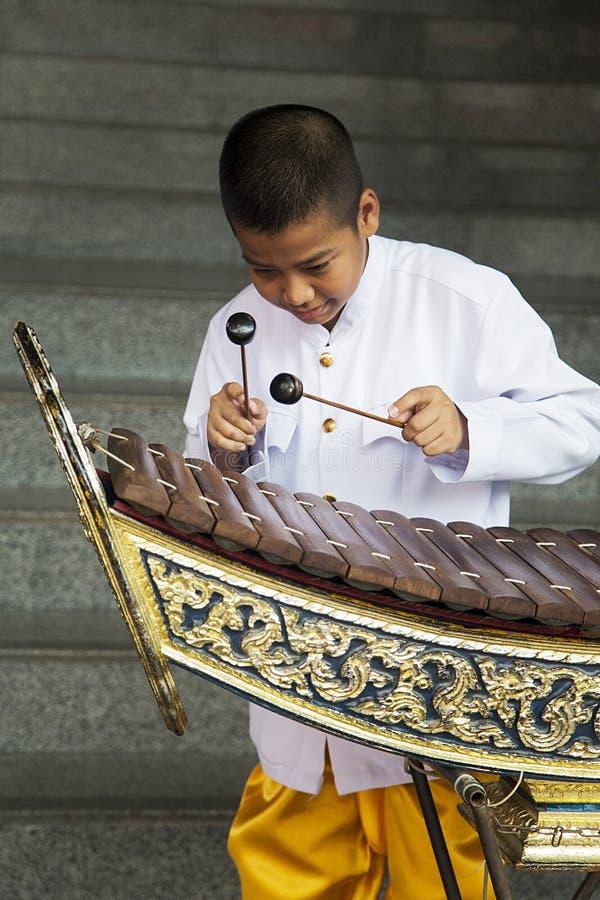 Pojke som spelar xylofonen i Bangkok, Thailand royaltyfri foto