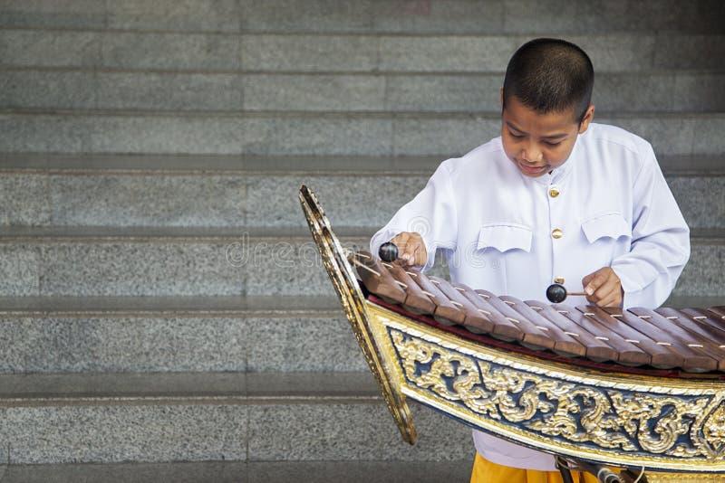 Pojke som spelar xylofonen i Bangkok, Thailand royaltyfria foton