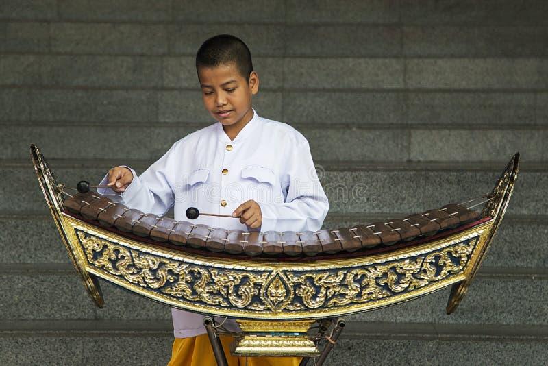 Pojke som spelar xylofonen i Bangkok, Thailand arkivfoton