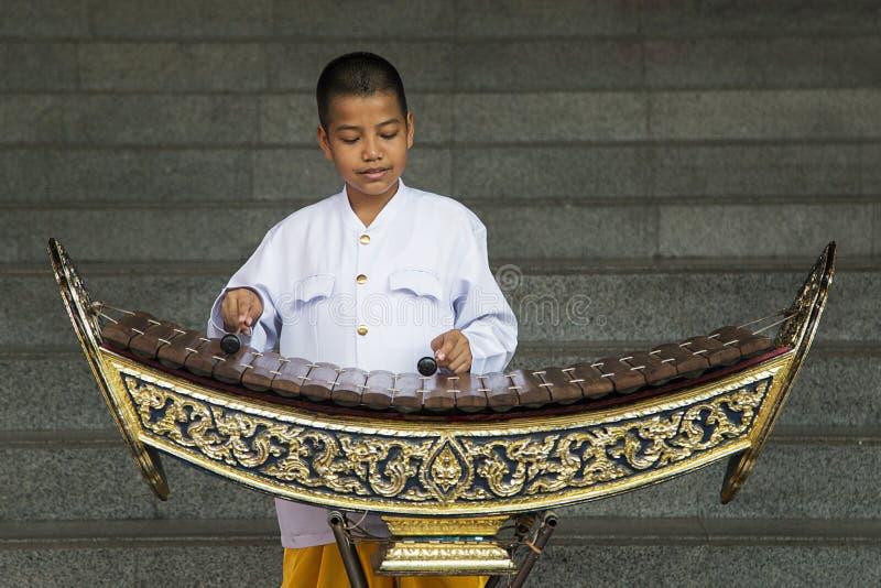 Pojke som spelar xylofonen i Bangkok, Thailand royaltyfria bilder