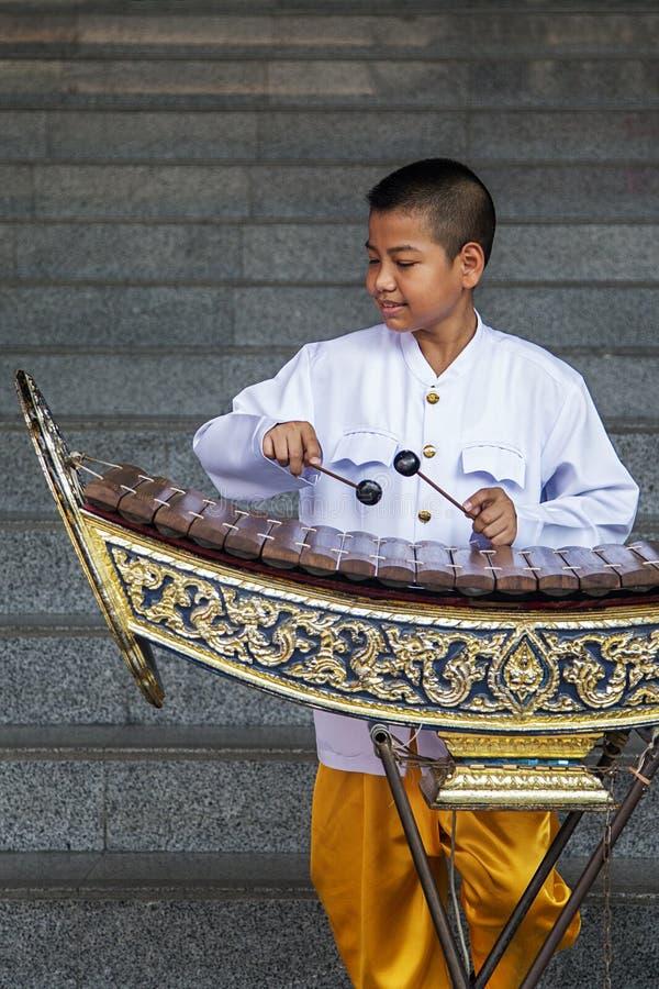 Pojke som spelar xylofonen i Bangkok, Thailand royaltyfri bild