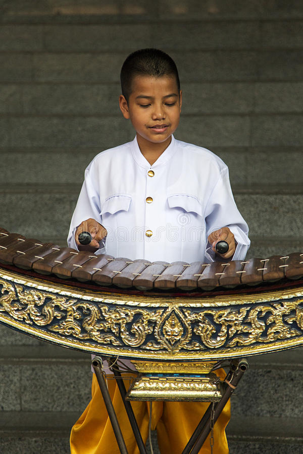 Pojke som spelar xylofonen i Bangkok, Thailand arkivfoto