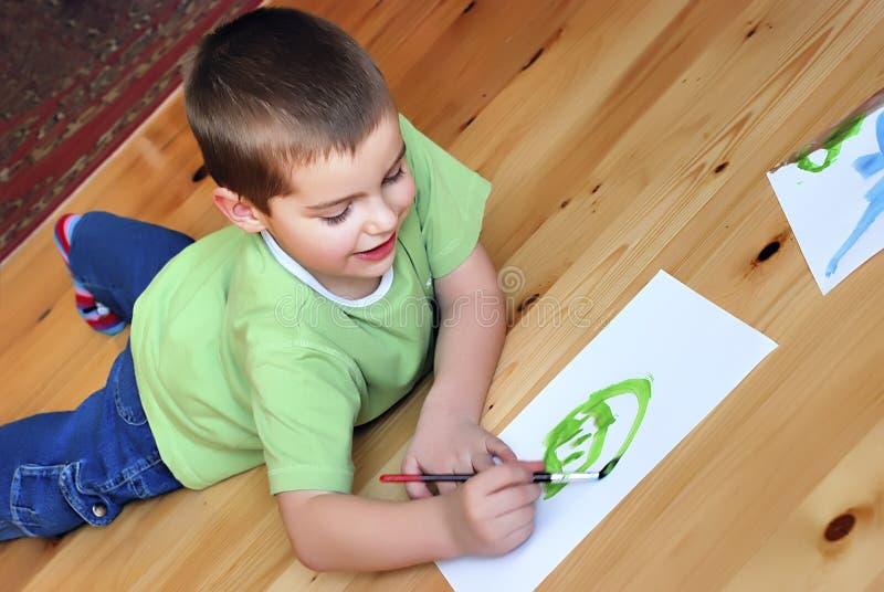 pojke som tycker om målningen royaltyfria bilder