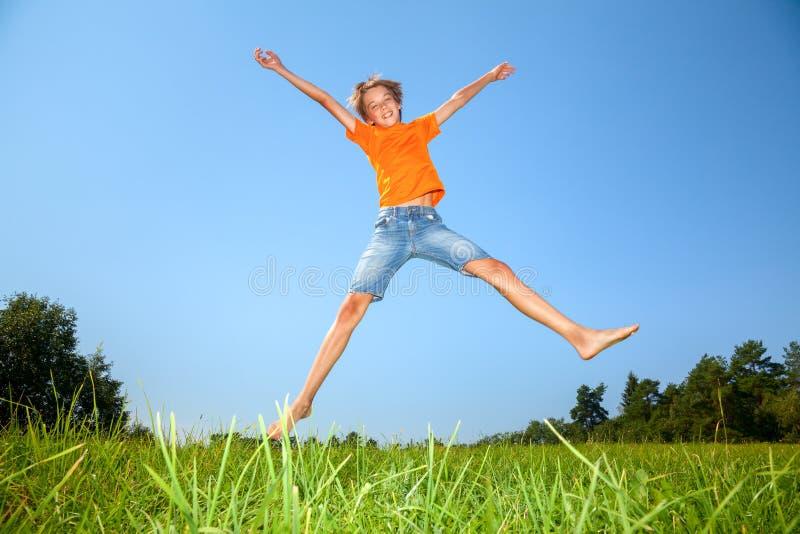 Pojke som utomhus tycker om sommartid fotografering för bildbyråer