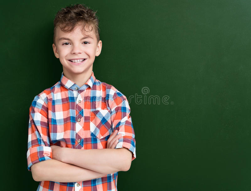 Pojke tillbaka till skolan arkivfoto