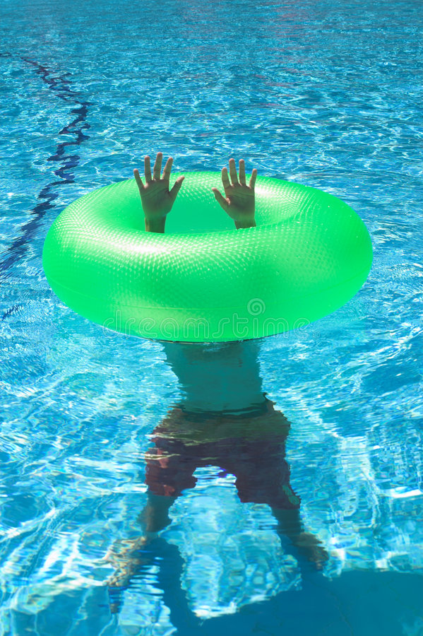 pojke under vatten royaltyfria foton