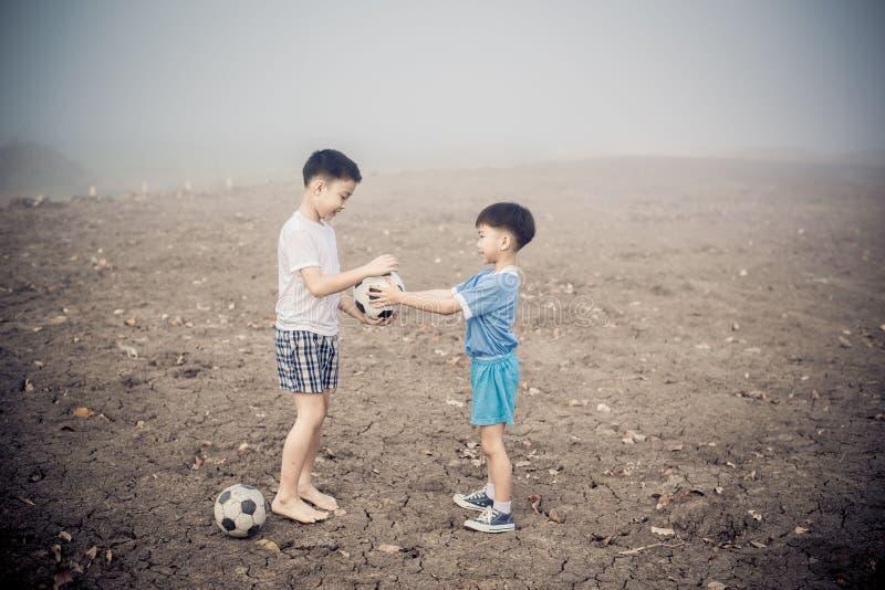 Pojkeaktiefotboll royaltyfri fotografi
