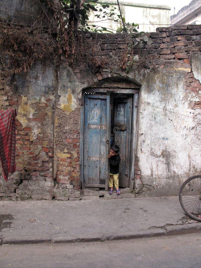 Pojkeanseende i dörröppningen fotografering för bildbyråer