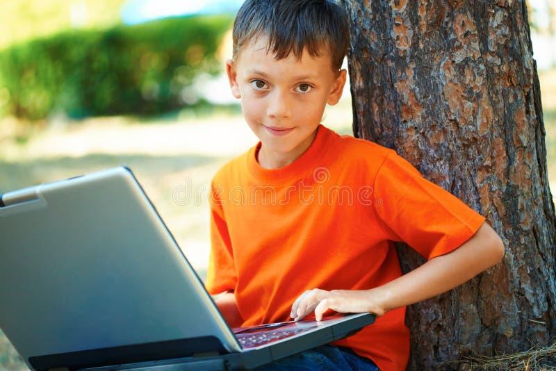 pojkebärbar dator arkivbild
