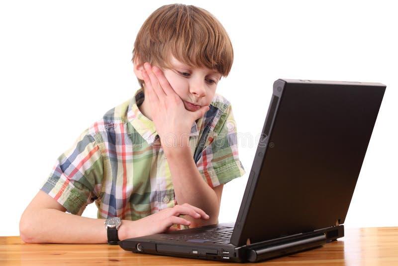 pojkebärbar dator royaltyfri foto