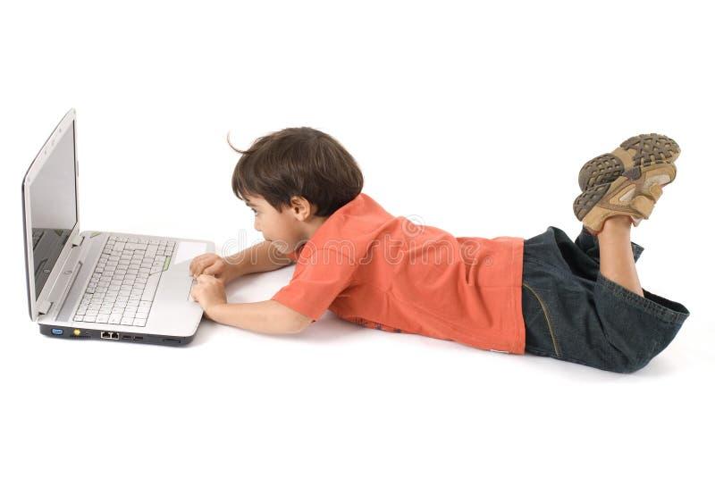 pojkebärbar dator royaltyfri fotografi